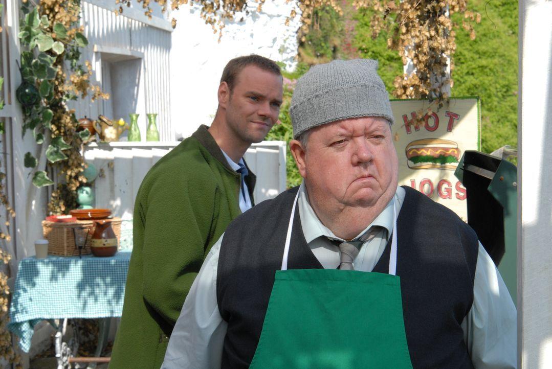 Zwischen Bert (Ian McNeice, l.), Al (Joe Absolom, r.) und Gastwirt Mark Bridge bricht ein kulinarischer Wettstreit aus, denn beide wollen am Portwen... - Bildquelle: BUFFALO PICTURES/ITV