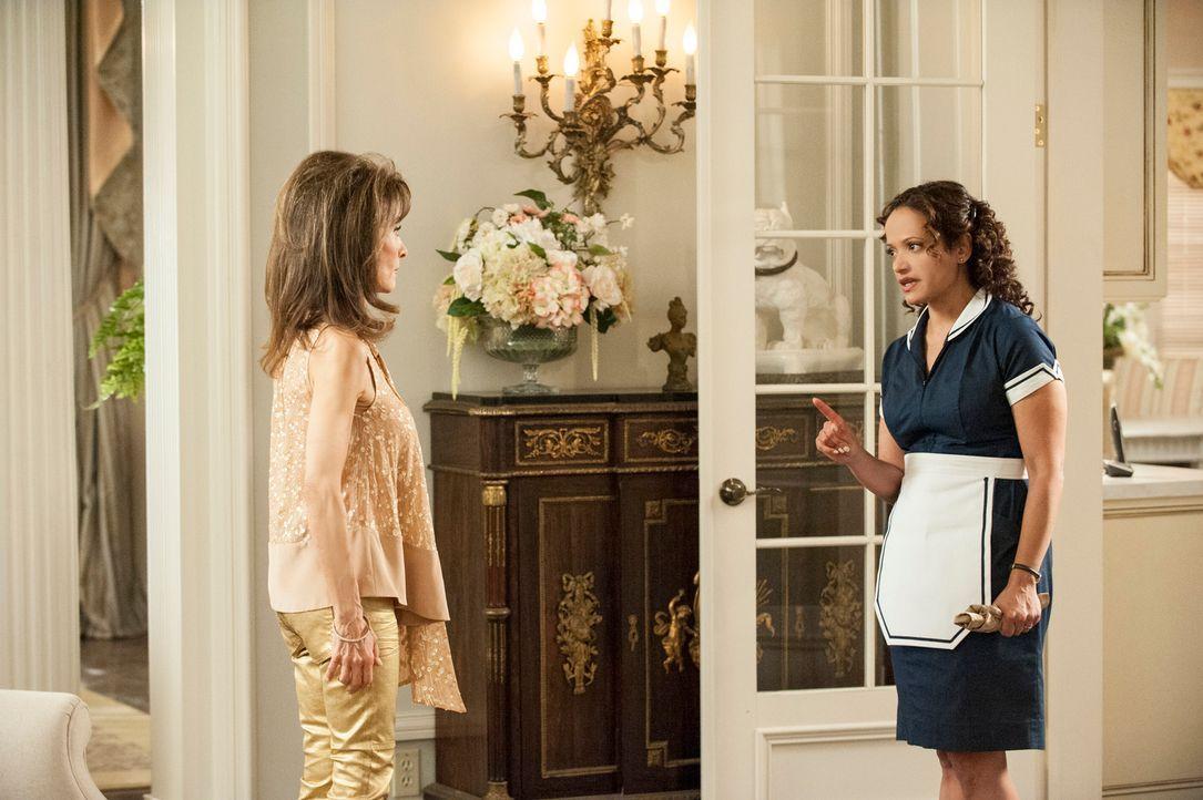 Genevieve (Susan Lucci, l.) hat einen Vorschlag für Zoila (Judy Reyes, r.) in Sachen Valentina, während Marisol neue Informationen über Flora erhält... - Bildquelle: ABC Studios