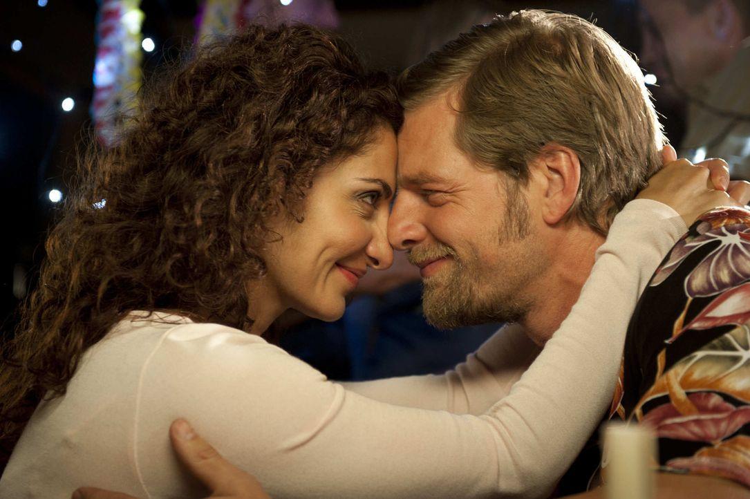 Mick (Henning Baum, r.) will Tanja (Proschat Madani, l.) zurück ins Leben holen und holt sie aus dem Krankenhaus. Dann allerdings übertreibt er es... - Bildquelle: SAT.1