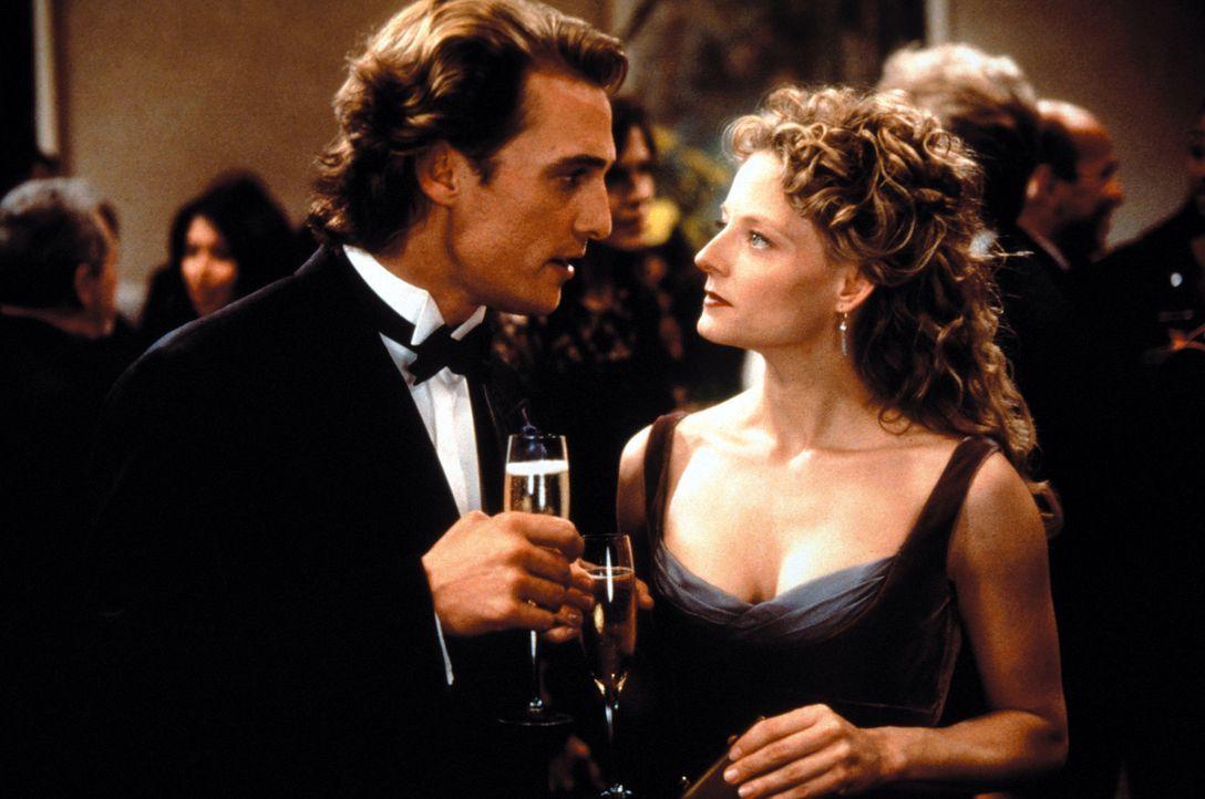 Durch ihre Arbeit, kommen sich Palmer Joss (Matthew McConaughey), l.) und Ellie Arroway (Jodie Foster, r.) wieder näher ... - Bildquelle: Warner Bros. Pictures