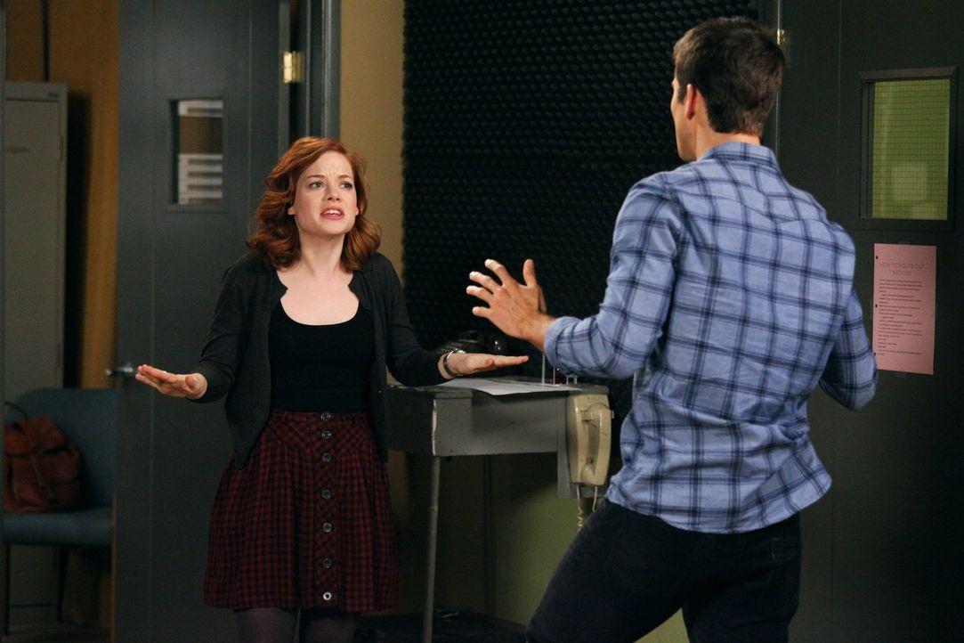 Während Dallas Probleme im Country Club hat, übernimmt Tessa (Jane Levy, l.) den Job als Produzentin des Schulsenders, was zum Ärger mit Ryan (Parke... - Bildquelle: Warner Brothers