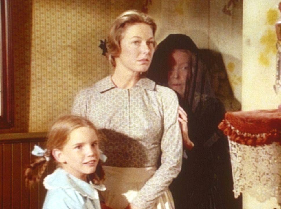 Laura (Melissa Gilbert, l.) und Caroline (Karen Grassle, M.) geben Maddie (Josephine Hutchinson, r.) Schutz. - Bildquelle: Worldvision