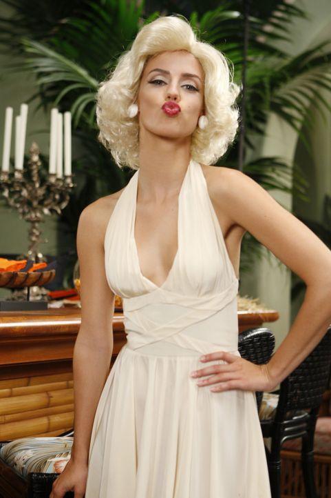 Wird Adrianna (Jessica Lowndes) das Marilyn Monroe-Outfit bei ihren Plänen helfen? - Bildquelle: TM &   CBS Studios Inc. All Rights Reserved