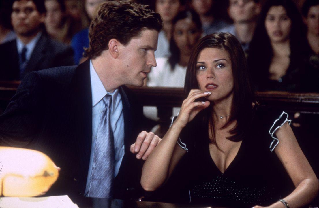 Noch ahnt Anwalt Irvin Brillman (Dylan Kussman, l.) nicht, dass zwischen den beiden Kontrahentinnen Brittney (Susan Ward, r.) und Maya nichts so ist... - Bildquelle: Columbia Pictures