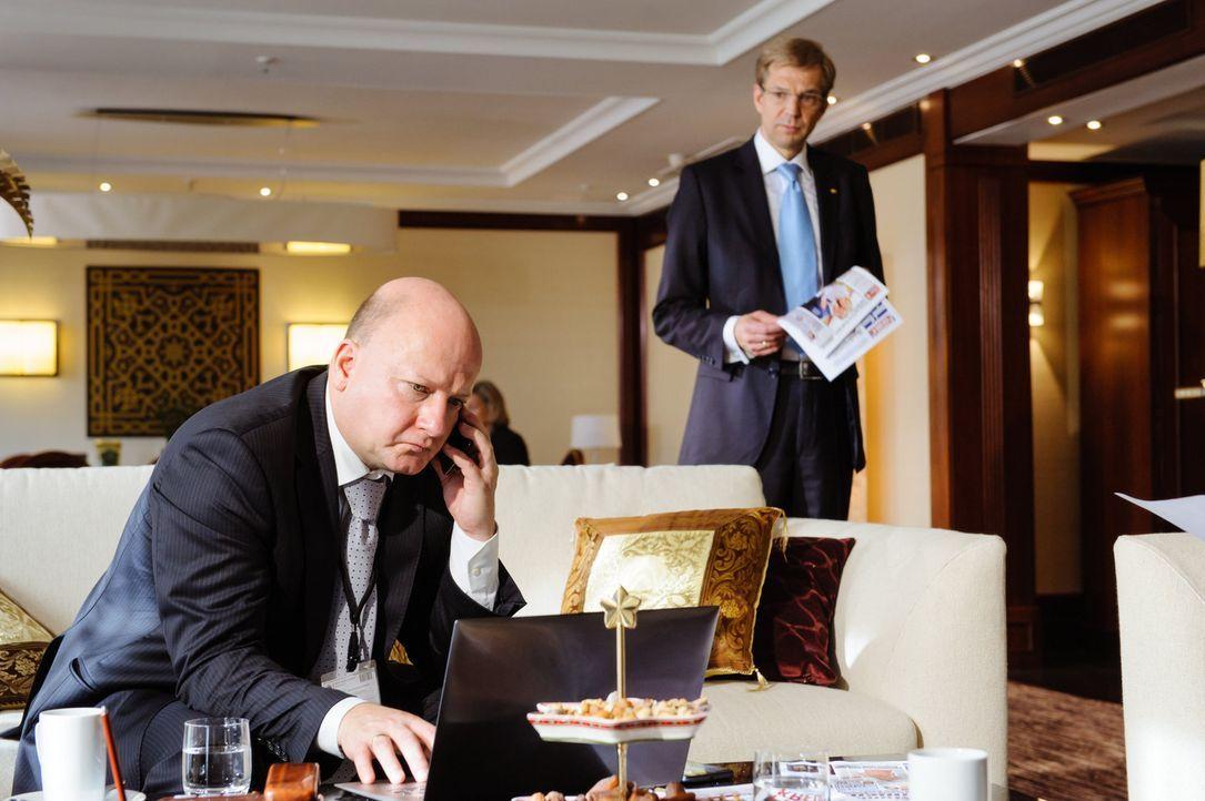 """Schon bald muss Bundespräsident Christian Wulff (Kai Wiesinger, r.) erkennen, dass auch sein """"siamesischer Zwilling"""" und Pressesprecher, Olaf Glaes... - Bildquelle: Stefan Erhard SAT.1"""