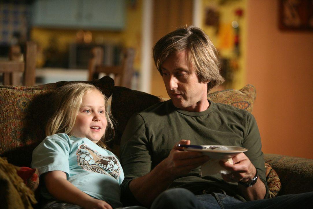 Gemütlicher Fernsehabend: Bridgette (Maria Lark, l.) genießt die Zeit, die sie mit ihrem Vater (Jake Weber, r.) gemeinsam verbringen kann ... - Bildquelle: Paramount Network Television