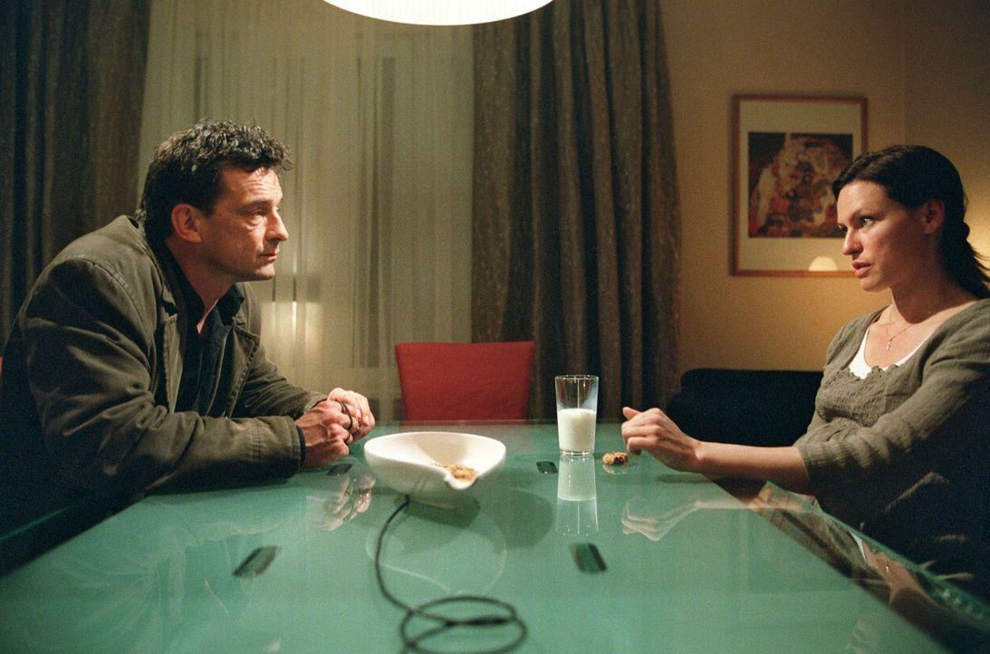Steiner (Thomas Sarbacher, l.) erzählt Katrin Geckmann (Nina Kronjäger, r.), dass er eine Wiederaufnahme des Falles erreicht hat. - Bildquelle: Thomas Kost Sat.1