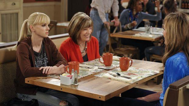 Christy (Anna Faris, l.) hat sich mit Marjorie (Mimi Kennedy, M.) verabredet,...