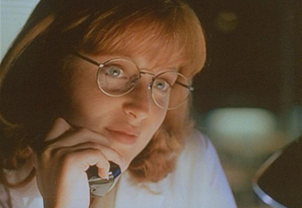 Scully (Gillian Anderson) versucht Mulder bei seiner Suche nach einem Mann zu helfen, der 24 Jahre lang nicht geschlafen hat. - Bildquelle: TM +   Twentieth Century Fox Film Corporation. All Rights Reserved.