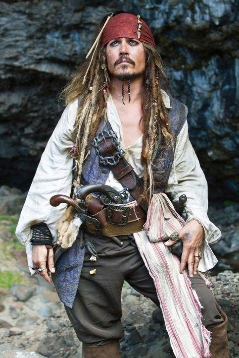 Als Pirat Captain Jack Sparrow (Johnny Depp) zufällig auf seine Jugendliebe stößt, lodern totgeglaubte Gefühle auf. Mit einem Trick gelingt es ihr,... - Bildquelle: Peter Mountain WALT DISNEY PICTURES/JERRY BRUCKHEIMER FILMS.  All rights reserved