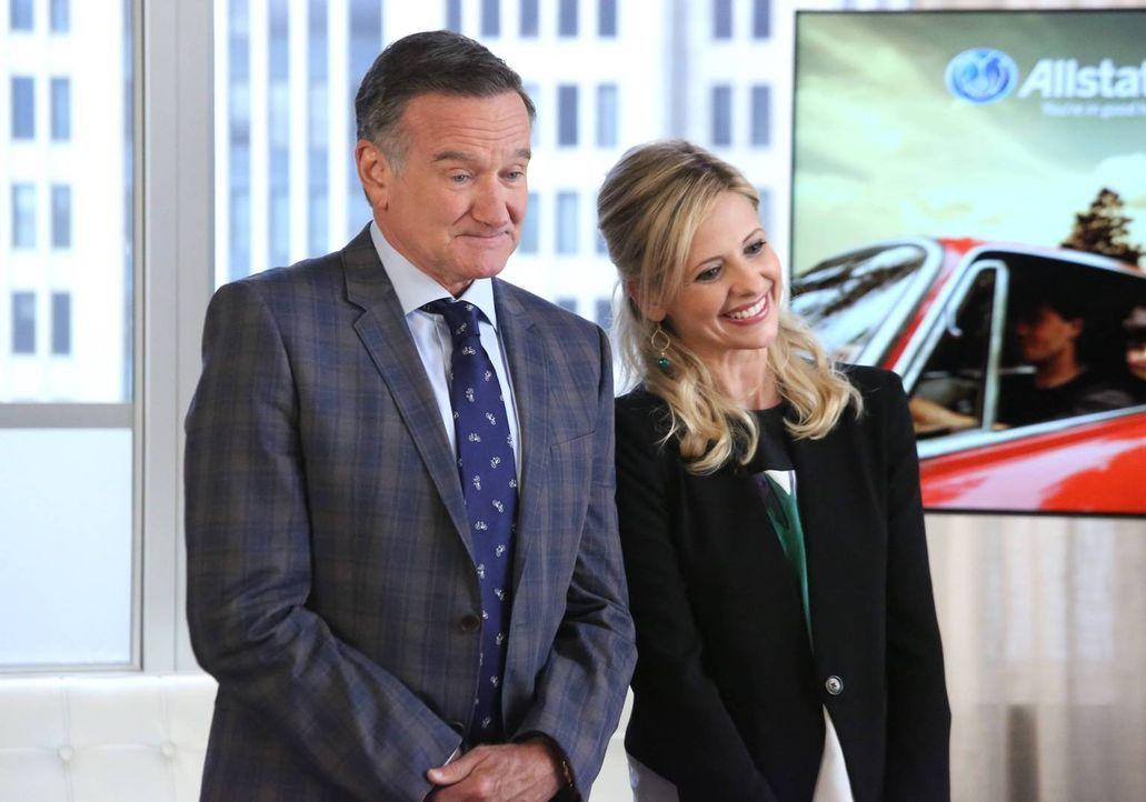 Simon (Robin Williams, l.) und Sydney (Sarah Michelle Gellar, r.) haben sich einen Spot für eine große Versicherungsgesellschaft einfallen lassen un... - Bildquelle: 2013 Twentieth Century Fox Film Corporation. All rights reserved.