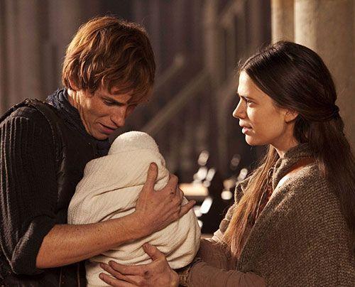 Endlich wieder vereint: Aliena (Haley Atwell) findet Jack (Eddie Redmayne) auf der Kathedralen-Baustelle im französischen Saint Denis.  - Bildquelle: Egon Endrenyi - Tandem Productions - Pillars Productions