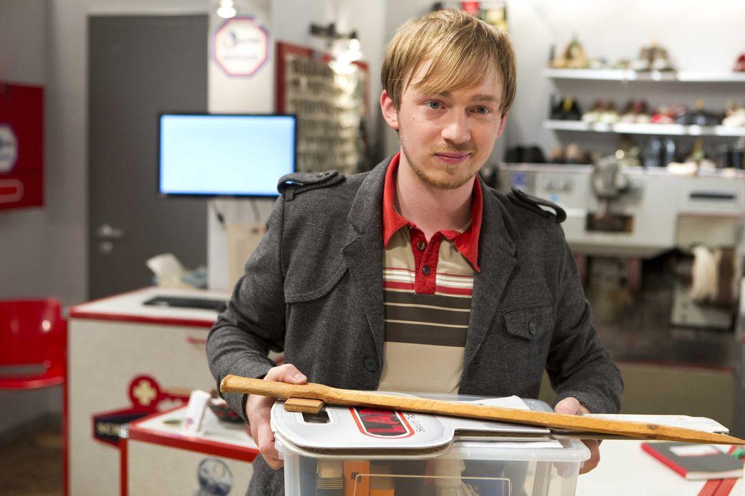Muss Abschied nehmen von der Einkaufspassage und seinen Freunden: Hannes (Tino Mewes) ... - Bildquelle: Frank Dicks SAT.1