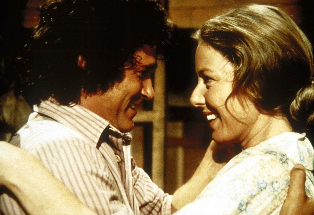 Zur großen Freude des Hausherrn (Michael Landon, l.) bringt Caroline (Karen Grassle, r.) endlich einen Sohn zur Welt. - Bildquelle: Worldvision