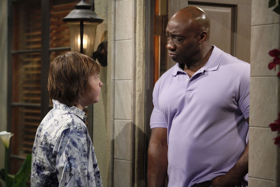Jake (Angus T. Jones, l.) klingelt bei Jerome (Michael Clarke Duncan, r.), um seinen Kumpel abzuholen. - Bildquelle: Warner Brothers Entertainment Inc.