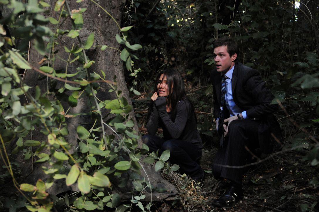 In letzter Sekunde gelingt es Martin (Eric Close, r.), Kim (Vanessa Marcil, l.) vor einem Anschlag von Sid bewahren ... - Bildquelle: Warner Bros. Entertainment Inc.