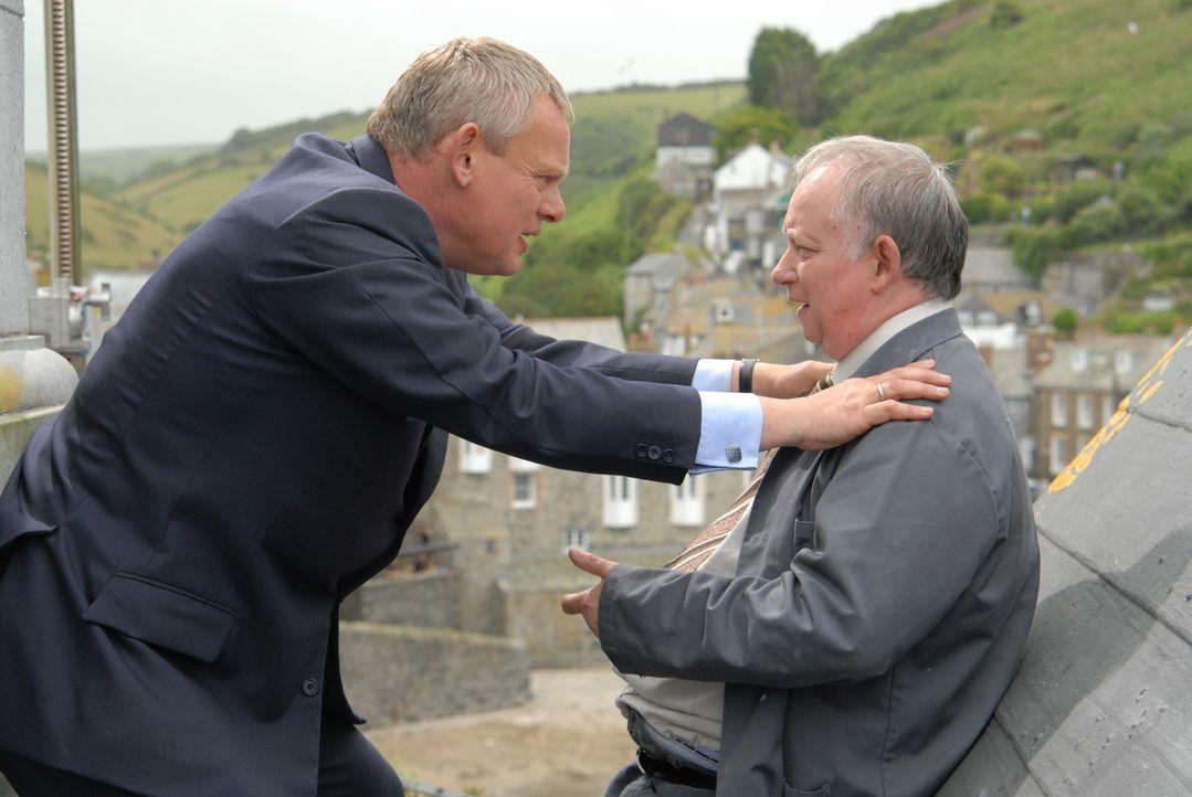 Als viele der Schulkinder erkranken, kommt Doc Martin (Martin Clunes, l.) schon bald der Verdacht, dass der alte Hausmeister (Brian Pettifer, r.) da... - Bildquelle: BUFFALO PICTURES/ITV
