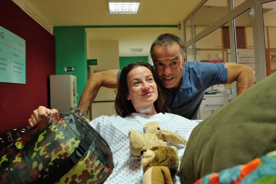 Ziehen in ein Mutter-Kind-Zimmer ein und schauen den Ärzten ordentlich auf die Finger: Harald (Hannes Jaenicke, r.) und seine Tochter Marla (Nina Gu... - Bildquelle: Hardy Spitz SAT.1