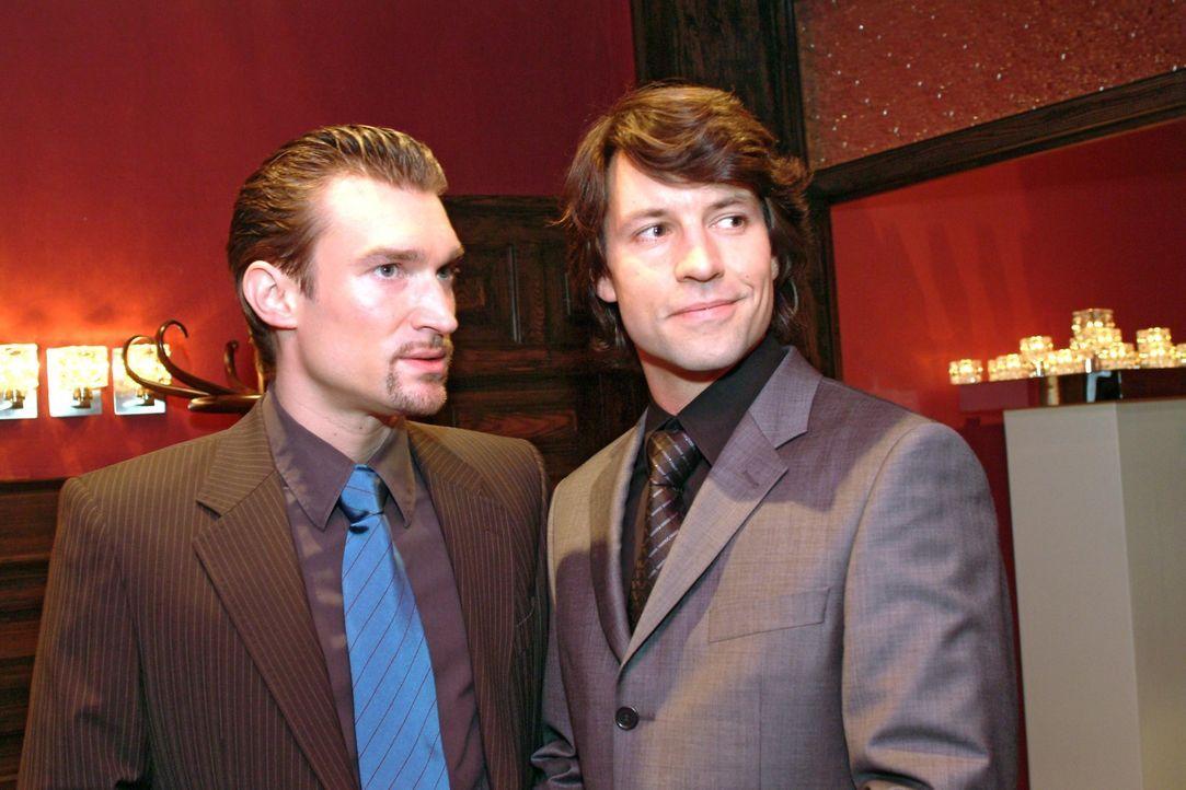 Richard (Karim Köster, l.) stellt Viktor (Roman Rossa, r.) als einen Geschäftspartner vor. - Bildquelle: Monika Schürle Sat.1