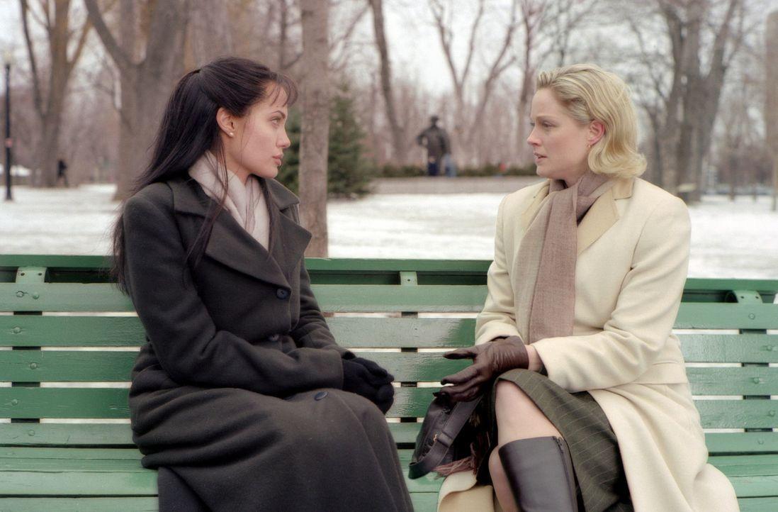 Führen ein behütetes Leben in London: Sarah Jordan (Angelina Jolie, l.) und ihre Schwester Charlotte (Teri Polo, r.) ... - Bildquelle: Paramount Pictures