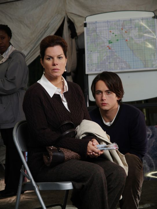 Ahnt nicht in welchem Zustand ihr Sohn (Canuck Justin Chatwin, r.) sich befindet: Diane Powell (Marcia Gay Harden, l.) ... - Bildquelle: Hollywood Pictures & Spyglass Entertainment.  All rights reserved