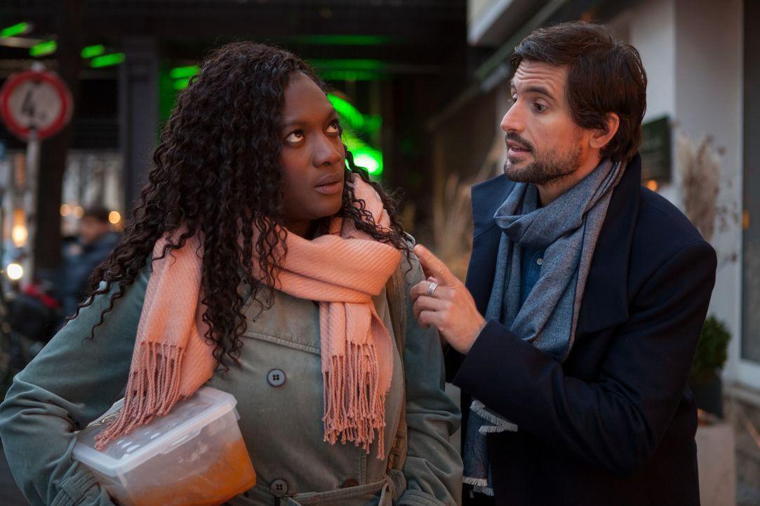 Während Rosa (Thelma Buabeng, l.) Rouladen kocht und hofft, dass Edgar (Tom Beck, r.) ihr endlich einen Antrag macht, ist dieser nur daran interessi... - Bildquelle: Conny Klein SAT.1