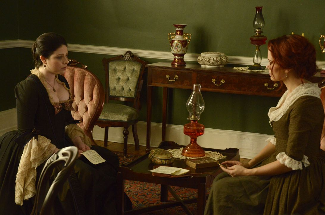 Obwohl Abigail Adams (Michelle Trachtenberg, l.) schon Jahrhunderte nicht mehr auf dieser Welt weilt, könnte sie Katrina (Katia Winter, r.) dabei he... - Bildquelle: 2014 Fox and its related entities. All rights reserved