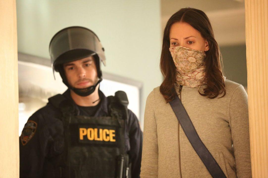 Lex sucht Unterstützung an unerwarteter Stelle, während sich Katie (Kristen Gutoskie, r.) und Jake (Chris Wood, l.) der dramatischen Situation außer... - Bildquelle: Warner Brothers