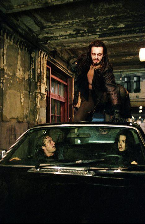 Zunächst gelingt es der attraktiven Vampirin Selene (Kate Beckinsale, r.), den jungen Arzt Michael Corvin (Scott Speedman, l.) vor dem gnadenlosen... - Bildquelle: TMG