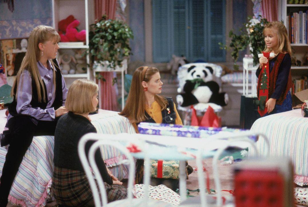 Michelle (Mary-Kate/Ashley Olsen, r.) präsentiert stolz ihr erstes selbstgekauftes Weihnachtsgeschenk, aber Stephanie (Jodie Sweetin, l.), D.J. (Can... - Bildquelle: Warner Brothers Inc.