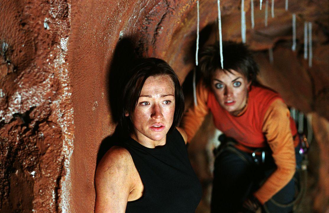 Nachdem sie durch einen Erdrutsch in eine Höhle eingesperrt wurden, versuchen Beth (Alex Reid, vorne) und Holly (Nora-Jane Noone, hinten) verzweifel... - Bildquelle: Square One Entertainment