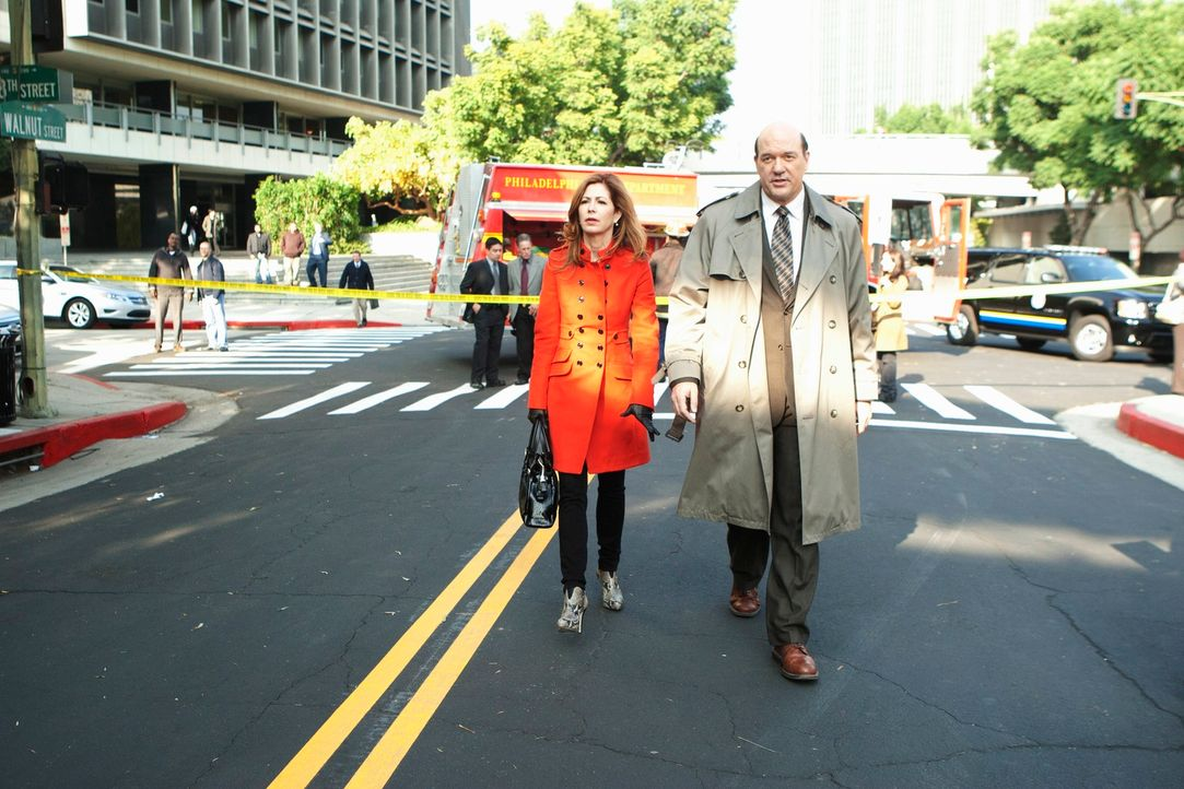 Dr. Megan Hunt (Dana Delany, l.) und Det. Bud Morris (John Carroll Lynch, r.) arbeiten gemeinsam an einem neuen Fall ... - Bildquelle: 2012 American Broadcasting Companies, Inc. All rights reserved.