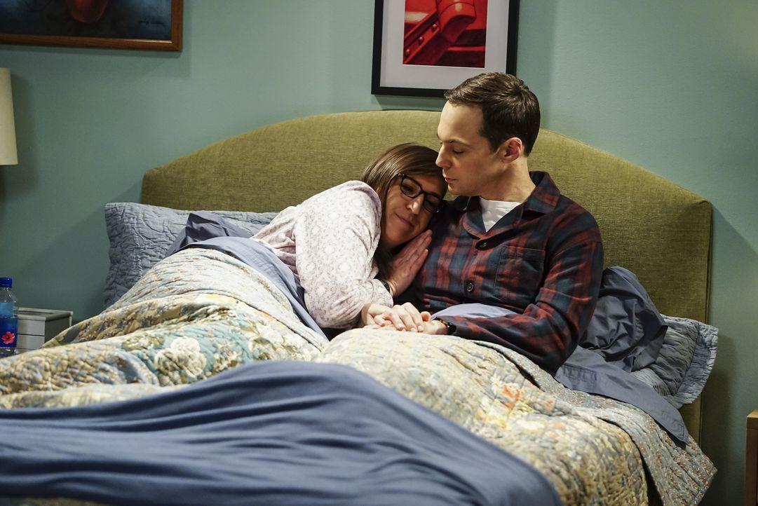 Amy (Mayim Bialik, l.) freut sich auf ihren Junggesellinnenabschied, während Sheldon (Jim Parsons, r.) von einem brillianten Wissenschaftler eingela... - Bildquelle: Warner Bros. Television