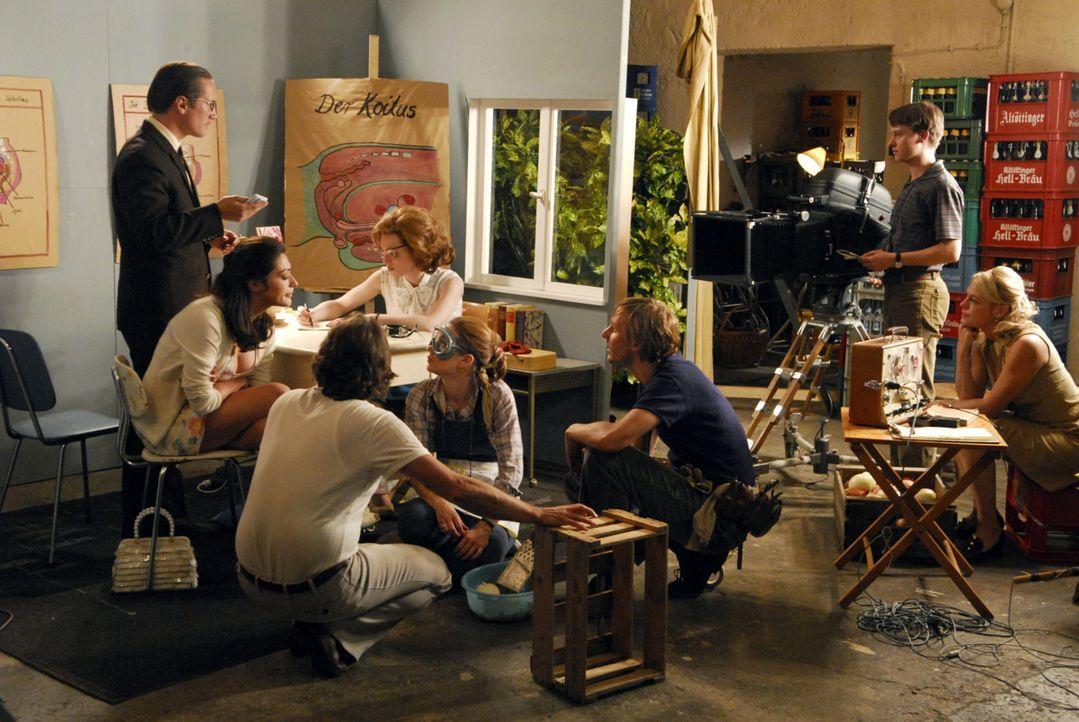 Der Film wird in der Scheune eines Ramersdorfer Getränkemarktes gedreht - Freddie (Benno Fürmann, l. stehend) verliebt sich während der Aufnahmen... - Bildquelle: Constantin Film