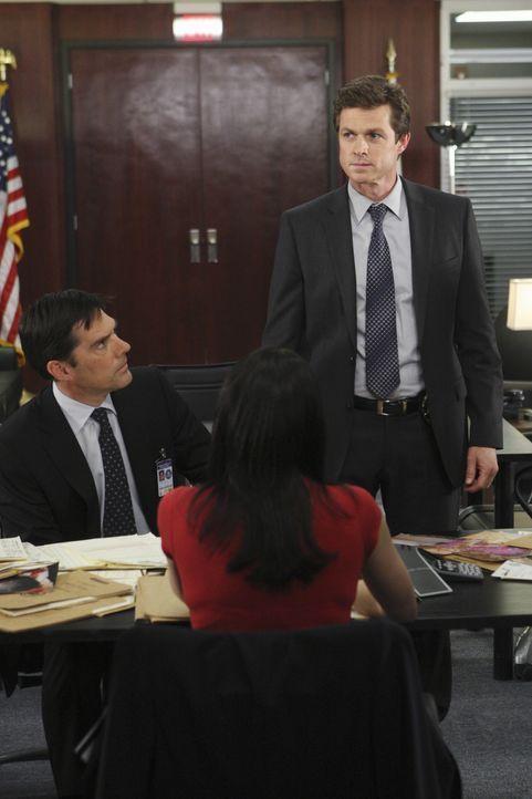 Sind auf der Suche nach einem Serienkiller: Gibbs (Thomas Gibson, l.), Prentiss (Paget Brewster, M.) und Detective Matt Spicer (Eric Close, r.) ... - Bildquelle: Touchstone Television