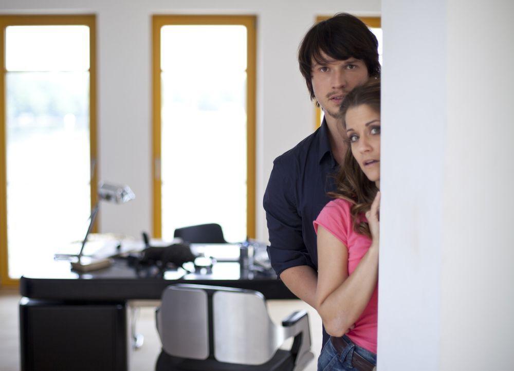 Stefan hat Ben (Christopher Kohn, l.) und Bea (Vanessa Jung, r.) beim Knutschen in der Villa erwischt. Wird er Bea bei Helena anschwärzen? - Bildquelle: SAT.1