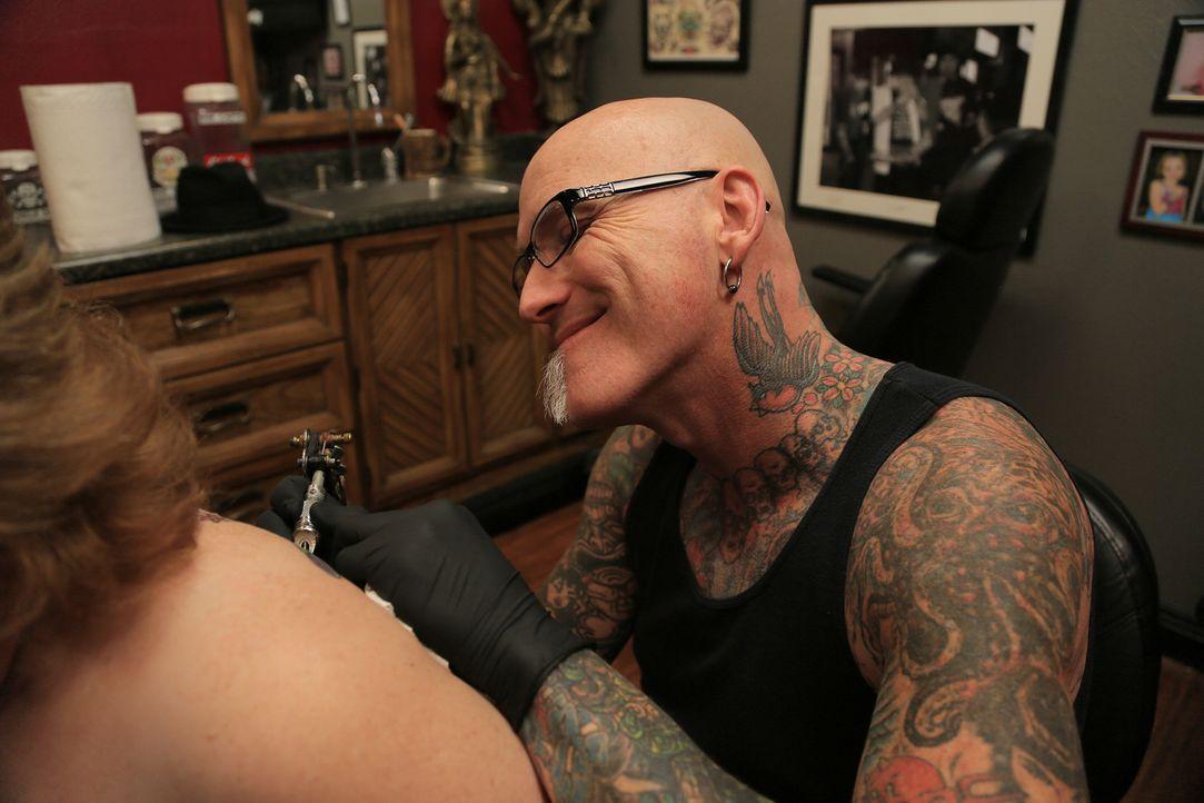 Dirk hat es mit einer sehr emotionalen Kundin zu tun, die ihren Totenkopf auf der Schulter loswerden möchte ... - Bildquelle: 2013 A+E Networks, LLC