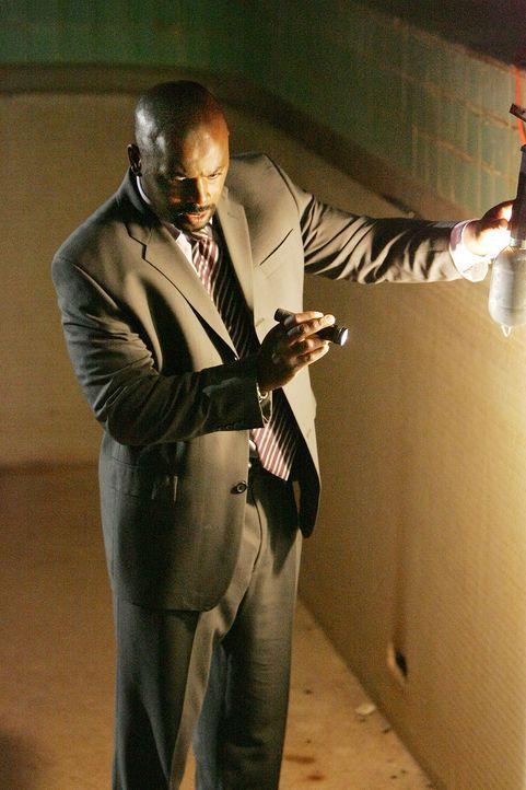 Gemeinsam mit seinen Kollegen versucht David (Alimi Ballard) einen Heckenschützen zu stellen ... - Bildquelle: Paramount Network Television