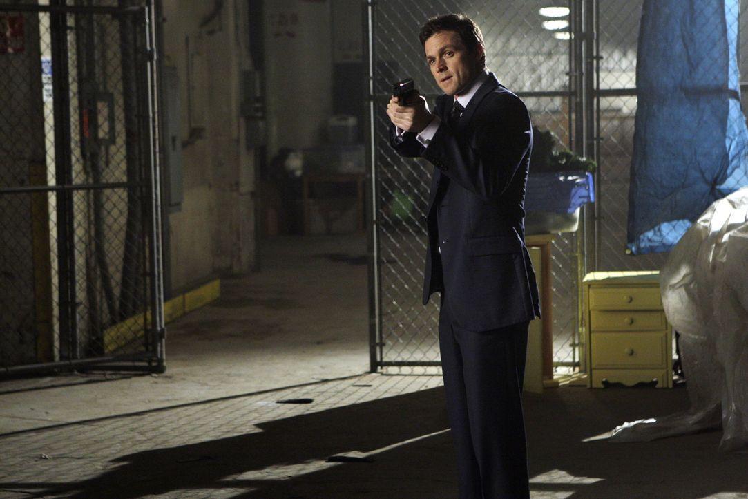 Kim weigert sich, ihre Waffe herunter zu nehmen. Martin Fitzgerald (Eric Close) gerät in Bedrängnis ... - Bildquelle: Warner Bros. Entertainment Inc.