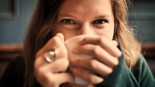 Heißer Tee und weniger Stress – das tut vor allem der Jungfrau gut.
