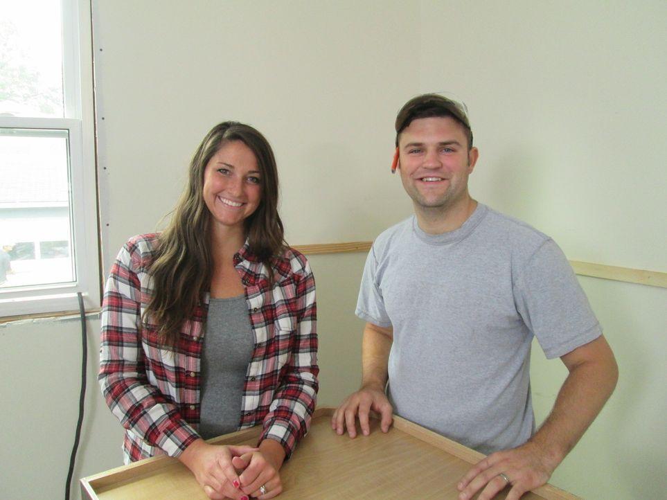 Das junge Paar Anna (l.) und Jake (r.) wollen ihr erstes Haus umbauen, haben jedoch ganz andere Vorstellungen davon, was gemacht und wie viel invest... - Bildquelle: 2016, DIY Network/Scripps Networks, LLC. All Rights Reserved.