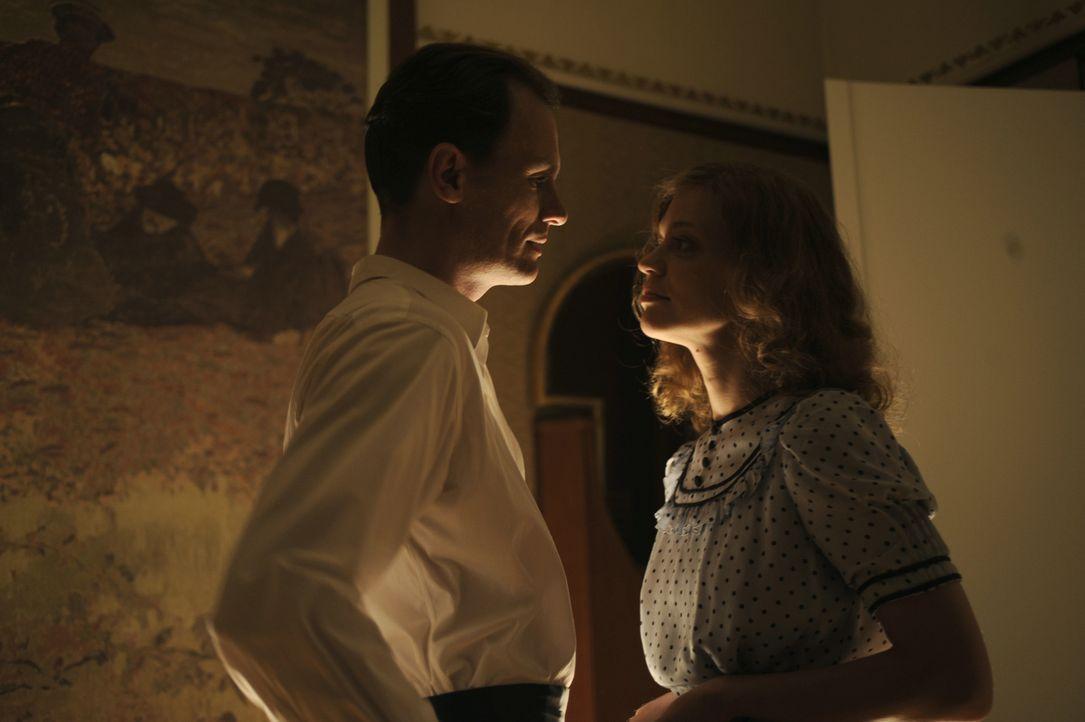 Hilde (Heike Makatsch, r.) beginnt eine Affäre mit Filmproduzent Ewald von Demandowsky (Anian Zollner, l.) und erhofft sich dadurch eine erste Filmr... - Bildquelle: Warner Brother