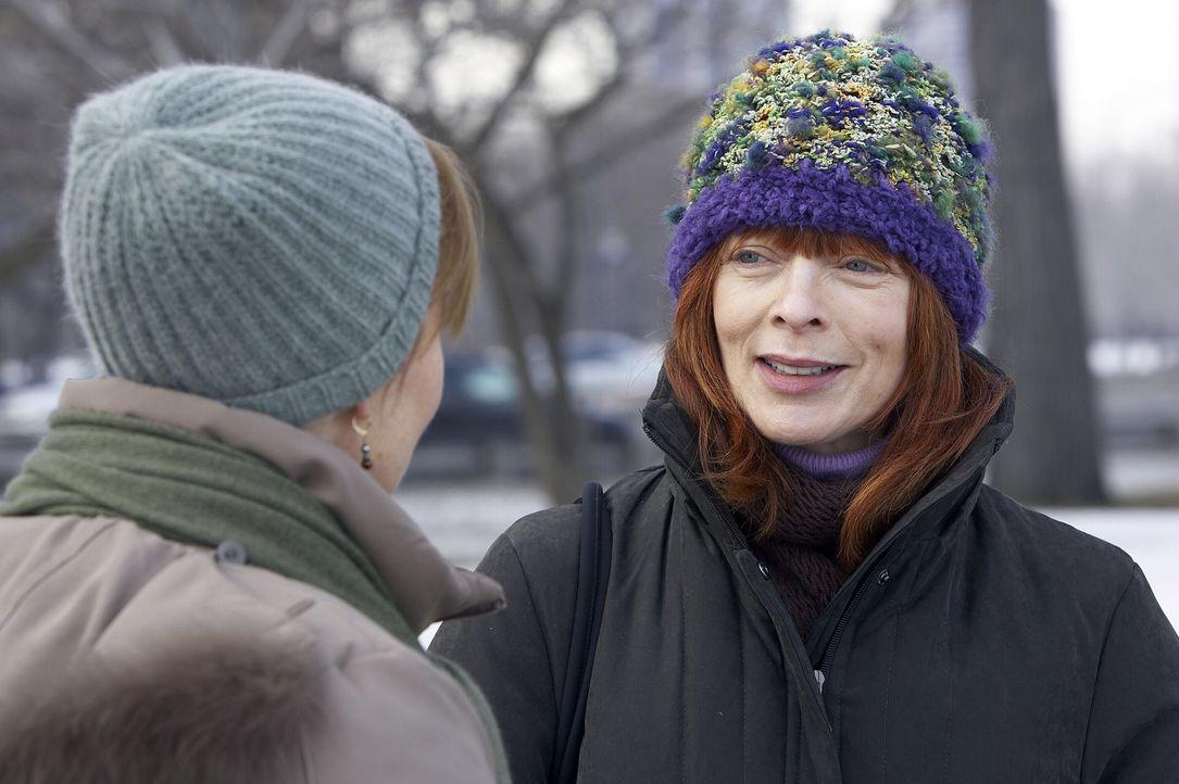 Dr. Kerry Weaver (Laura Innes, l.) lernt ihre leibliche Mutter, Helen (Frances Fisher, r.), kennen, die sich als Patientin ausgegeben hatte ... - Bildquelle: WARNER BROS
