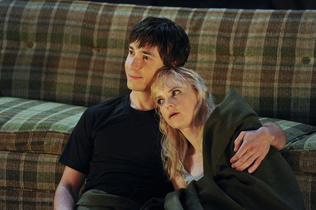 Bei nächtlichem Gewitter allein mit Adam auf einer einsamen Hütte: Wird Christy (Anna Faris, r.) ihren Vorsatz durchhalten, noch keinen Sex mit Adam... - Bildquelle: Warner Brothers Entertainment Inc.