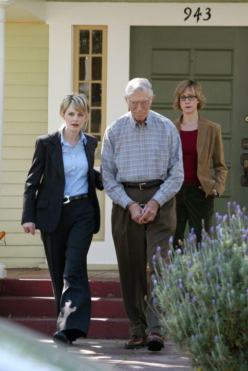 Nelson (Joseph Campanella, M.) steht unter dringendem Tatverdacht. Det. Lilly Rush (Kathryn Morris, l.) begleitet ihn zu ihrem Dienstwagen ... - Bildquelle: Warner Bros. Television