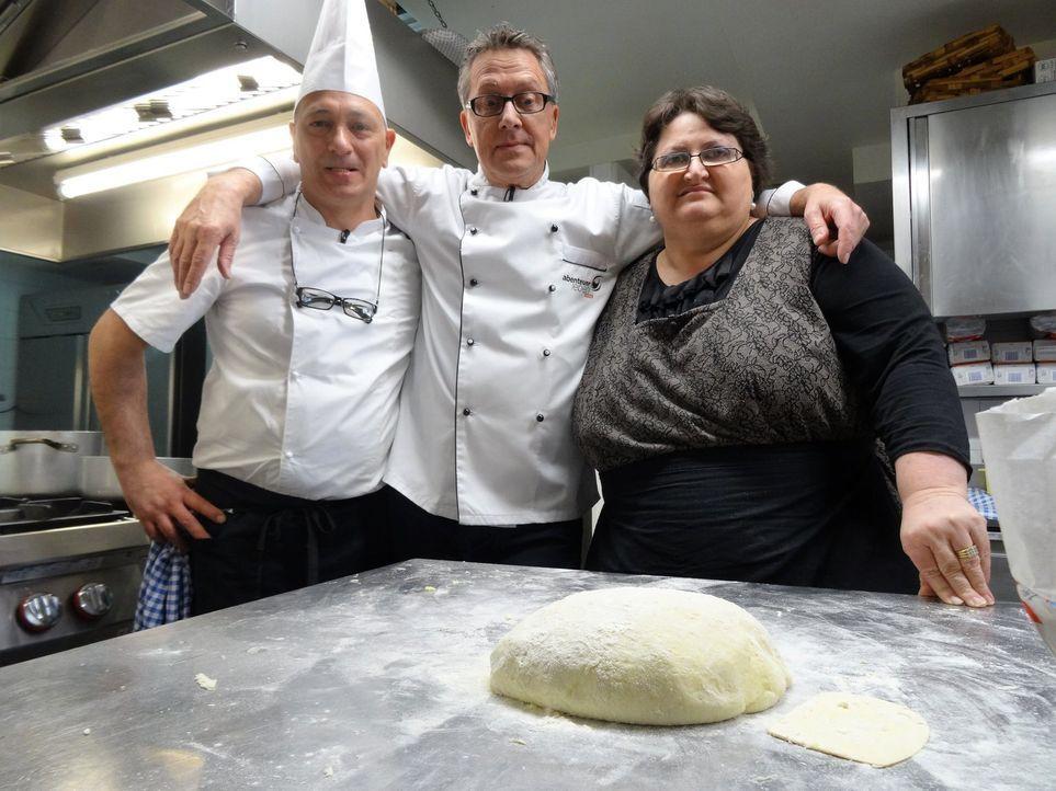 Dirk Hoffmann (M.) begibt sich auf Weltreise, um die Lieblingsgerichte der Deutschen zu finden. Da darf ein Blick in die italienische Küche nicht fe... - Bildquelle: kabel eins