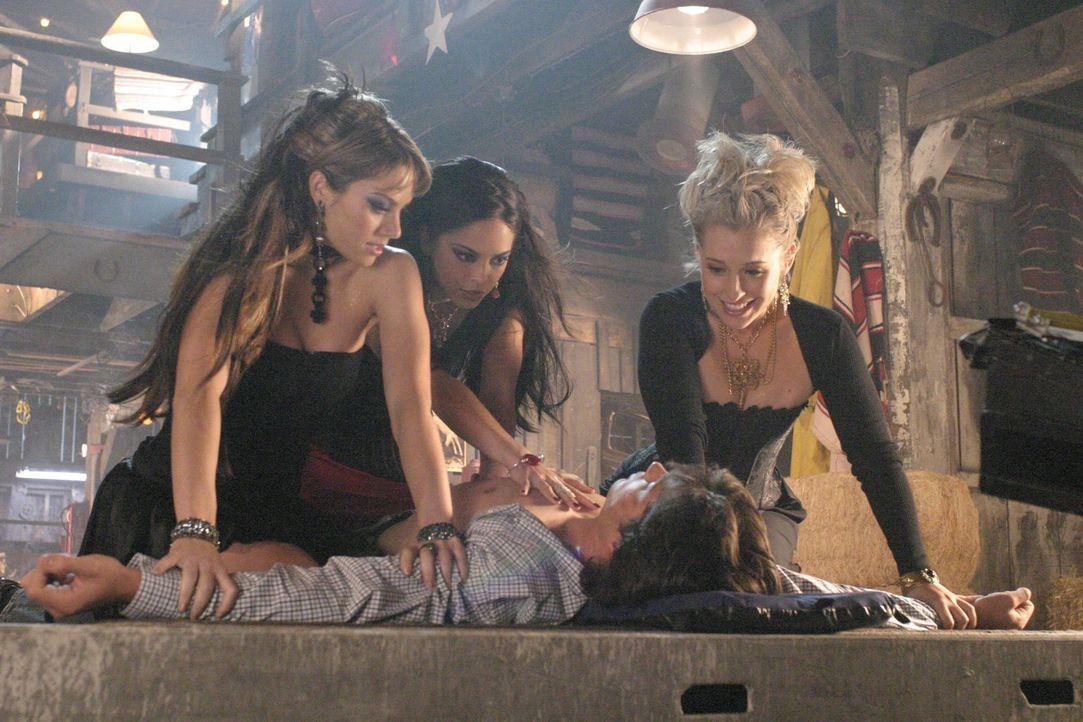 """Um die """"Drei Steine der Macht""""' zu finden, pressen die Hexen (hinten v.l.n.r. Erica Durance, Kristin Kreuk, Allison Mack) mit verbrecherischen Metho... - Bildquelle: Warner Bros."""