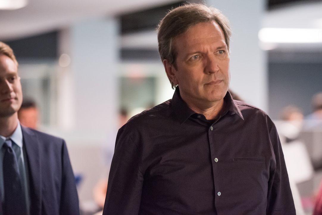 Um mit dem Arbeitgeber des Toten zu sprechen, statten Carrie und Al William Houston (Martin Donovan, r.), dem CEO von Sistex Software, und dessen So... - Bildquelle: Jeff Neumann 2015, 2016 Sony Pictures Television Inc. All Rights Reserved.