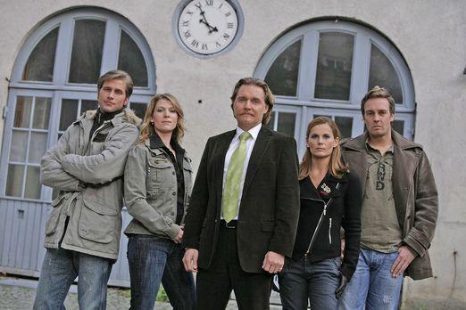 Ingo Lenßen (M.) mit den Ermittlern Sebastian Thiele (l.), Katja Hansen (2.v....