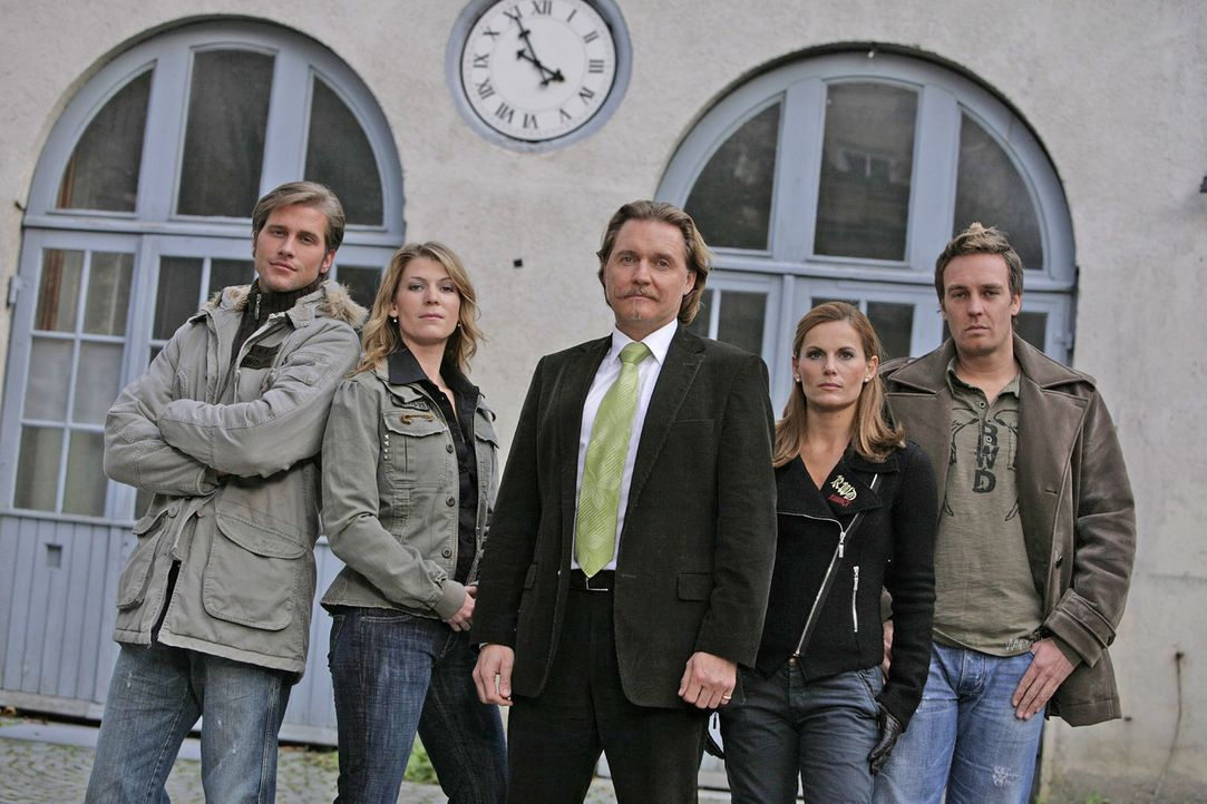 Ingo Lenßen (M.) mit den Ermittlern Sebastian Thiele (l.), Katja Hansen (2.v.l.), Sandra Nitka (2.v.r.) und Christian Storm (r.) - Bildquelle: Sat.1